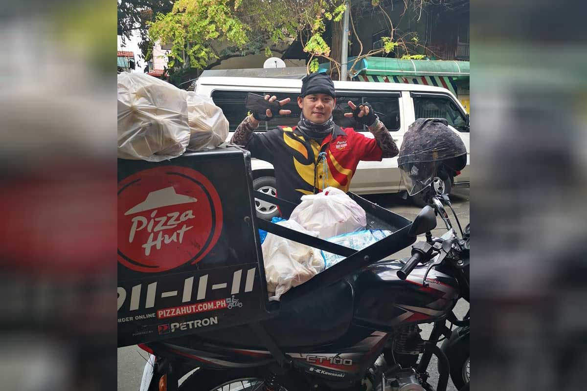 People Chip In To Help Pizza Delivery Guy Buy Bread; Award Now P100,000