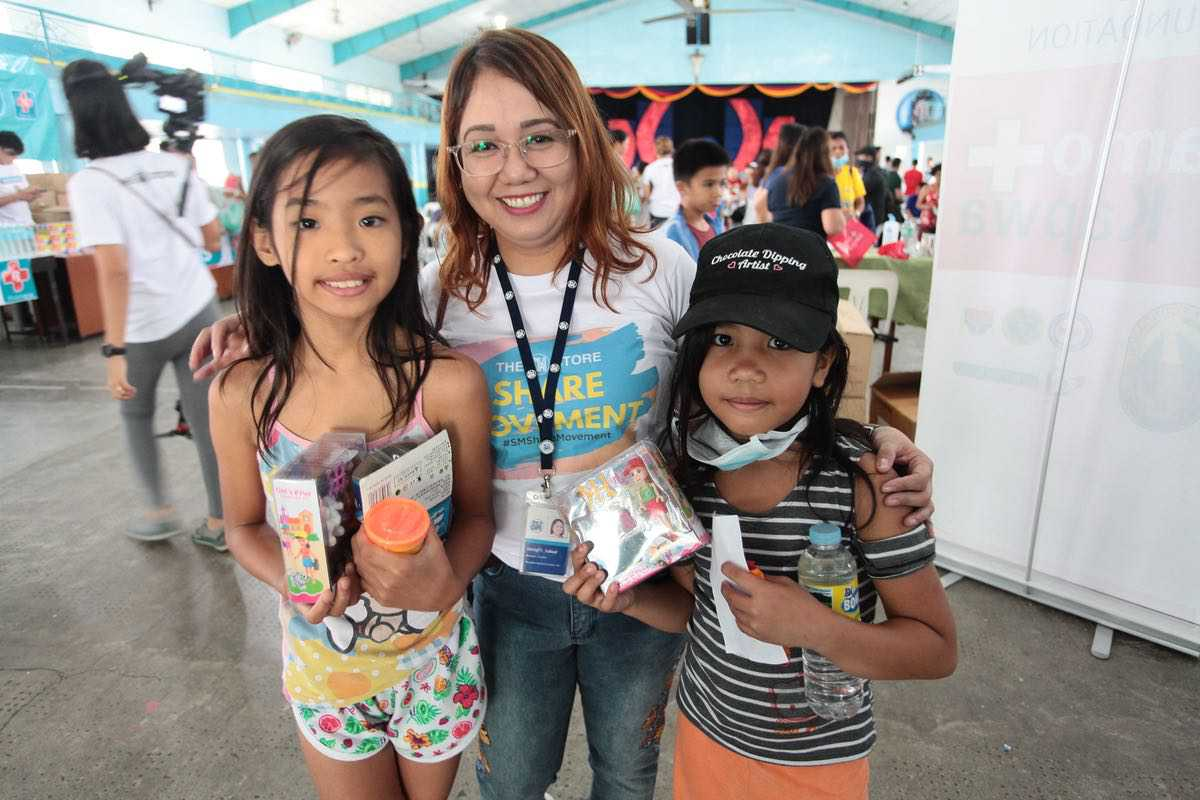 The SM Store Lipa Counter Manager Sheryl Tahud bonds with these girls as they received their new Play Doh clays and playsets.